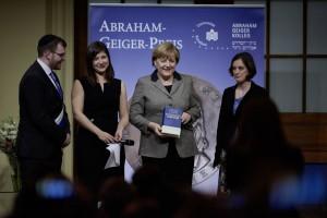 Bundeskanzlerin Dr. Angela Merkel erhielt am 2. Dezember 2015 den Abraham-Geiger-Preis 2015 des Abraham Geiger Kollegs an der Universität Potsdam