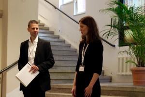 Begrüßung der Teilnehmer_innen durch Johanna Korneli und Adrian Fiedler in der Synagoge Rykestraße