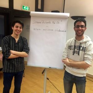 Yunus und Jad stellen das Flüchtlingsprojekt 'Unsere Zukunft. Mit Dir' vor
