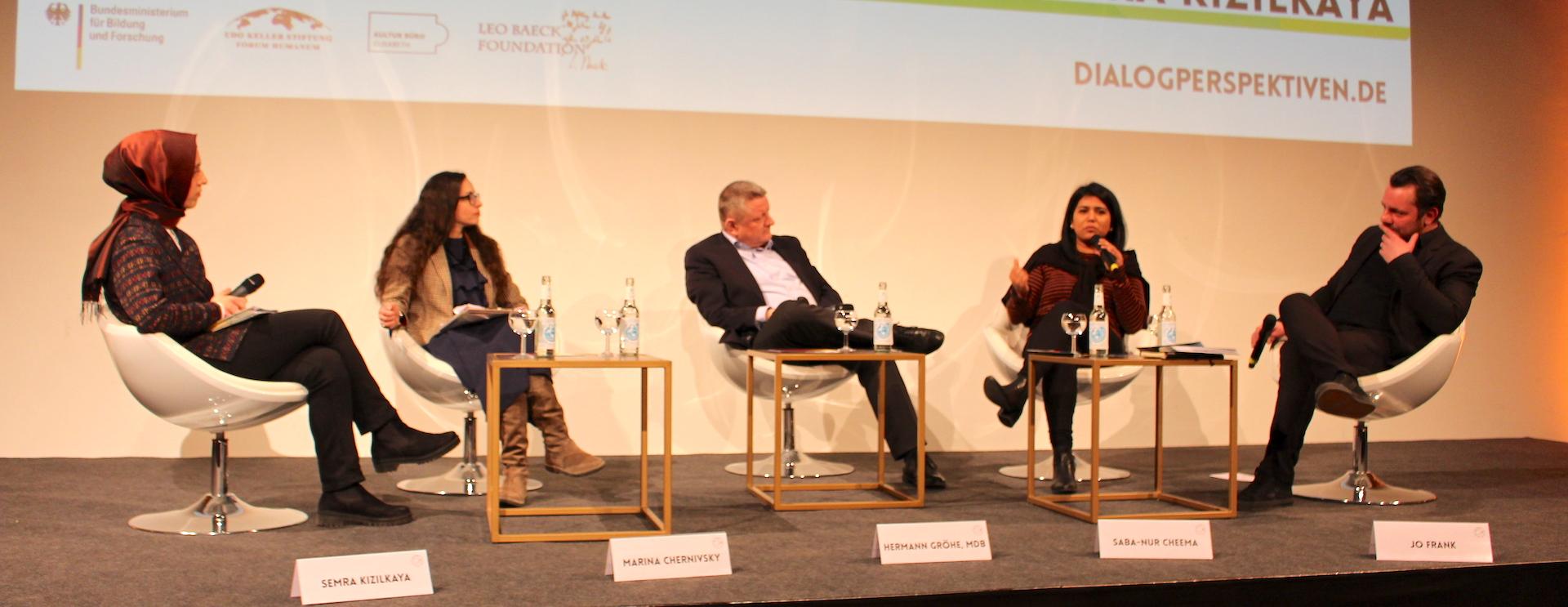 Semra Kızılkaya, Marina Chernivsky, Hermann Gröhe, MdB, Saba-Nur Cheema und Jo Frank im Gespräch